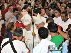D. Luiz foi ovacionado por presentes antes e durante missa de ação de graças (Foto: Camila Henriques/G1 AM)