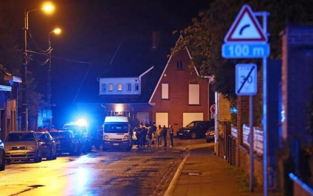 Os serviços de emergência trabalham no cemitério de Luingne, em Mouscron, onde o prefeito da cidade, Alfred Gadenne, foi encontrado morto (Foto: Kurt Desplenter / BELGA / via AFP Photo)
