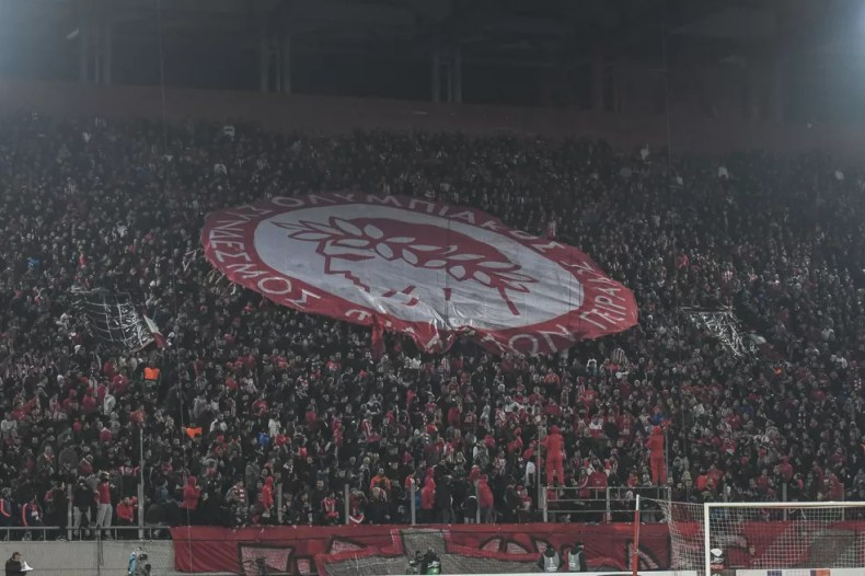 Torcida do Olympiacos no estádio Georgios Karaiskakis — Foto: Getty Images