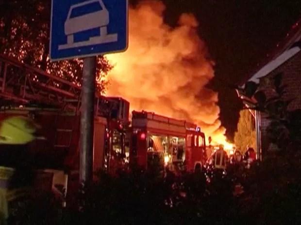Reprodução de vídeo mostra chamas e fumaça após explosão de fábrica de produtos químicos em Ritterhude, na Alemanha (Foto: AP Photo/DNF via APTN)