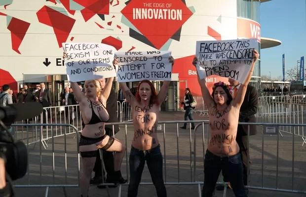 """No cartaz, lê-se: """"Facebook: esta imagem foi censurada por tentativa de liberdade feminina"""" (Foto: Bruno Ferrari/ÉPOCA)"""