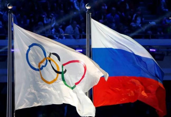 Bandeira com os anéis olímpicos ao lado da bandeira da Rússia — Foto: Jim Young / Reuters