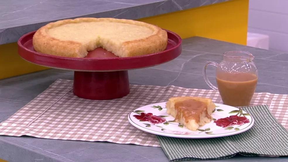 Calda de Caramelo acompanha o Bolo de Tapioca — Foto: TV Globo