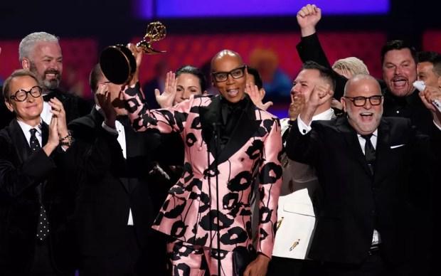 RuPaul e sua equipe comemoram o prêmio de melhor reality show por 'RuPaul's Drag Race', no 71º Emmy no Microsoft Theatre, em Los Angeles, no domingo (22) — Foto: Reuters/Mike Blake