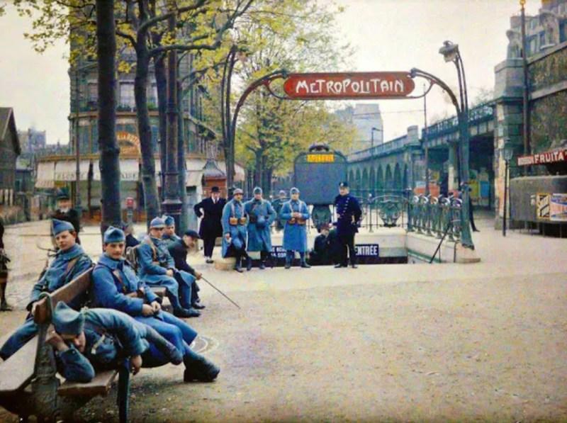 Soldados descansam em frente ao metrô de Paris, em 1914 (FOTO: REPRODUÇÃO)