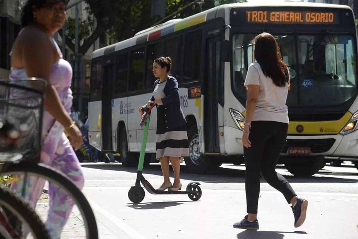 Rio torna obrigatório uso de capacete para andar de patinete elétrica