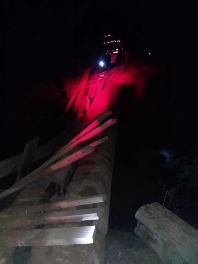 Ponte quebrou em Machadinho, RO, enquanto caminhão passava em cima — Foto: WhatsApp/Reprodução