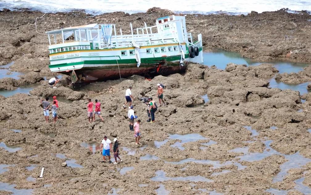 Embarcação Cavalo Marinho I virou na Baía de Todos-os-Santos (Foto:  Alberto Maraux / SSP)