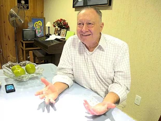 O padre José Amauri Avis, irmão do arcebispo emérito de Brasília, Dom João Braz de Aviz, cardeal brasileiro que pode ser escolhido sucessor de Bento XVI (Foto: Lucas Nanini/G1)