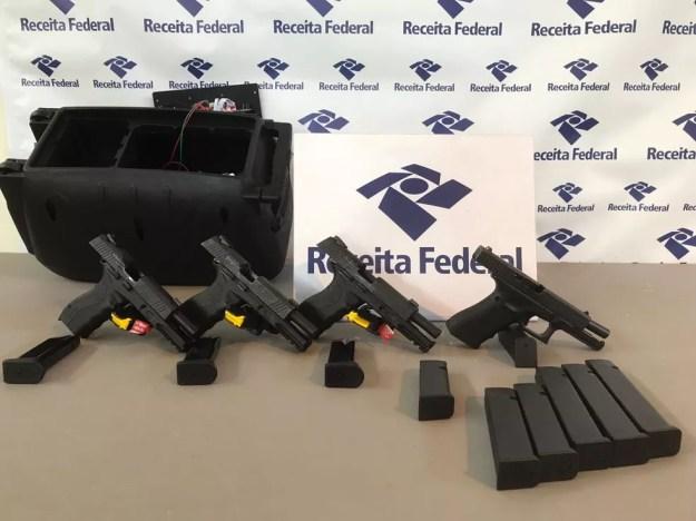 Pistolas foram encontradas dentro de uma caixa de som, no caminhão (Foto: Divulgação/Receita Federal)