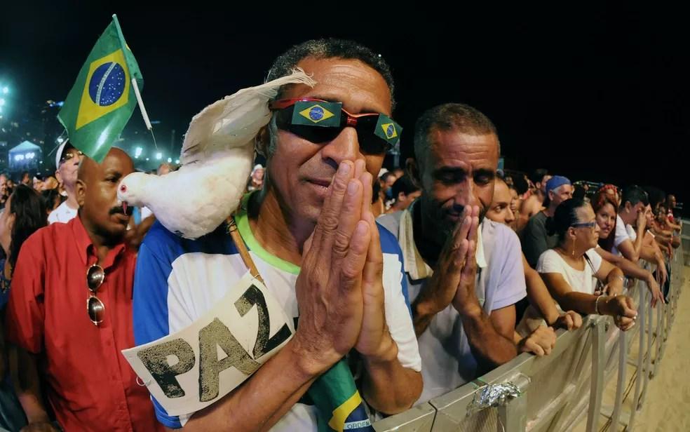 Junto à grade, José Geraldo e Carlos Henrique acompanham o show de Léo Jaime antes da queima de fogos em Copacabana (Foto: Alexandre Durão/G1)