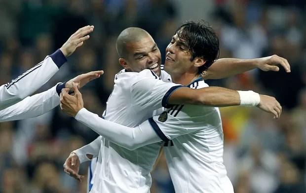 Pepe e Kaká comemoram gol do Real Madrid (Foto: EFE)