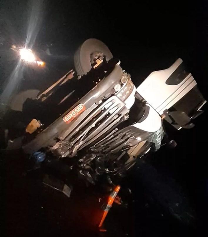 Carreta tombou na BR-262  — Foto: Corpo de Bombeiros/Divulgação