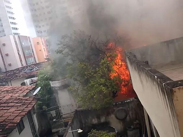 Fogo começou por volta das 6h30 nos fundos de uma casa da Rua Doutor Machado, em Campo Grande. Fogo já foi controlado, mas bombeiros ainda fazem rescaldo às 8h (Foto: Reprodução / WhatsApp)