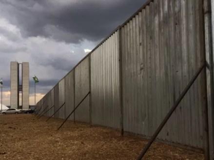 """""""Muro do impeachment"""", como ficou conhecida a separação por grades na Esplanada dos Ministérios, voltou a ser erguida para o julgamento do impeachment da presidente afastada Dilma Roussef (Foto: Mateus Vidigal/G1)"""
