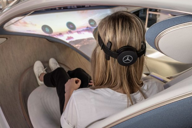 A device connected to the user's head analyzes the brain waves and triggers the chosen function (Photo: Publicity)