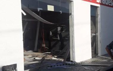 A agência do Bradesco foi explodida durante a madrugada desta terça-feira (4) (Foto: Rosteny Nascimento)
