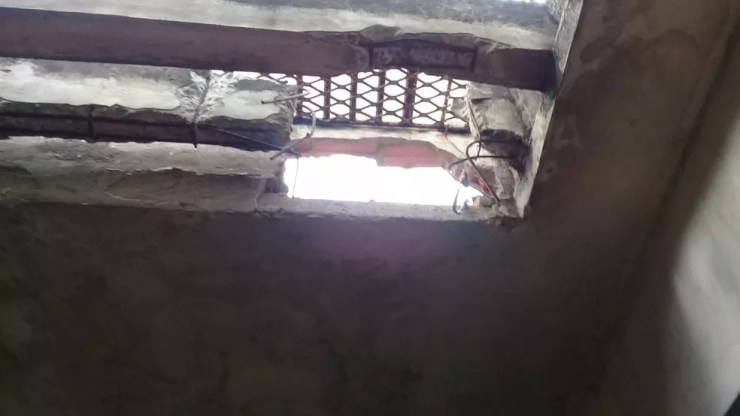 Presos fizeram buraco no teto da cela (Foto: Divulgação/Polícia Civil)