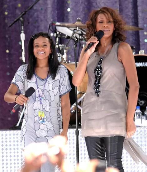 Em foto de setembro de 2009, a cantora Whitney Houston canta com a filha Bobbi Kristina Brown durante uma performance no Central Park, em Nova York  (Foto: AP Photo/Evan Agostini)