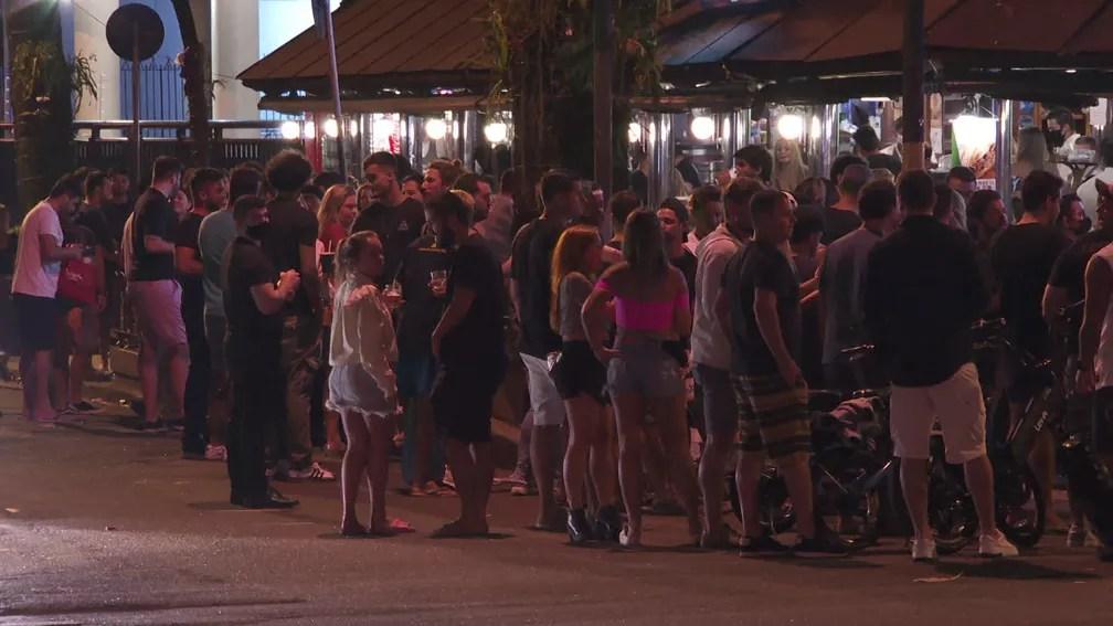 Bar lotado no Leblon, Zona Sul do Rio, na noite deste domingo (9) — Foto: Reprodução / TV Globo