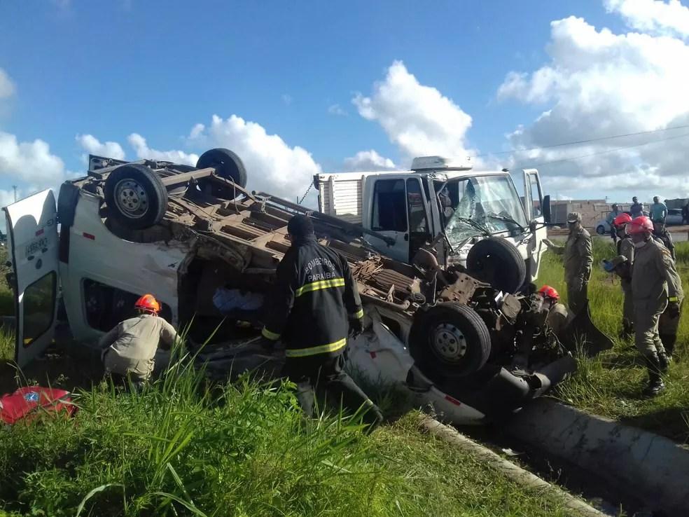 Seis pessoas ficam feridas em acidente entre van e caminhão em Caaporã (Foto: Divulgação/PRF)