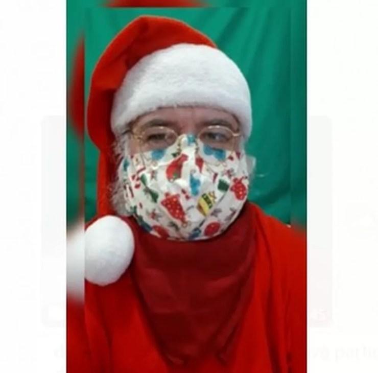 Papai Noel Gesualdo D'Avola Filho usa vários tipos de máscara durante quarentena da pandemia de coronavírus — Foto: Arquivo Pessoal