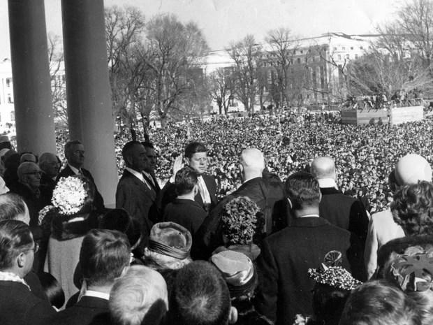 John F. Kennedy durante cerimônia de posse no Capitólio, em Washington, em foto feita no dia de 20 de janeiro de 1961.  (Foto: Cecil Stoughton/The White House/John F. Kennedy Presidential Library)