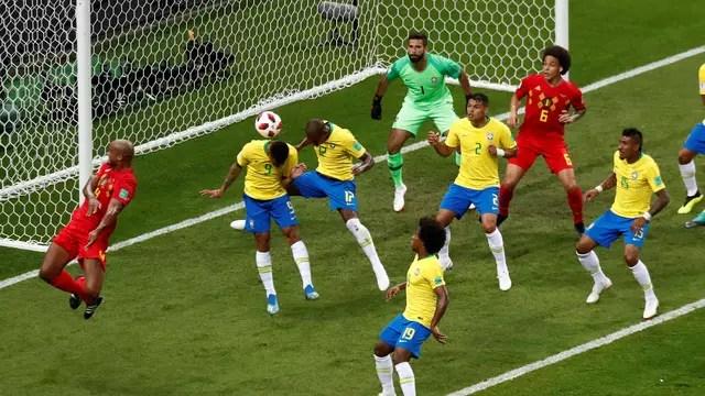 Fernandinho desvia e faz gol contra