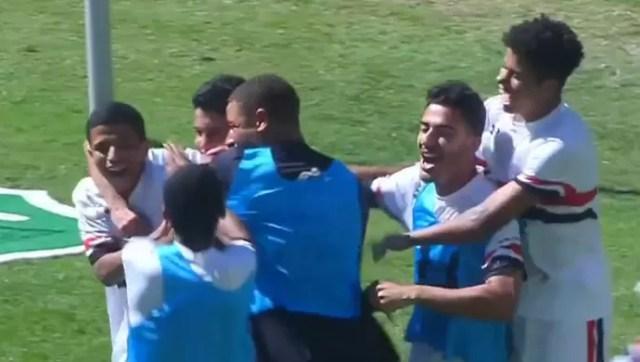 Jogadores do São Paulo comemoram com Hélio o quarto gol do time no Independência (Foto: Reprodução SporTV)