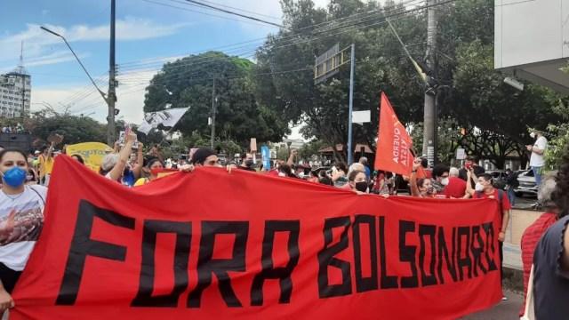 Manaus - 16h20 - Manifestantes protestam contra Bolsonaro — Foto: Rebeca Beatriz/G1
