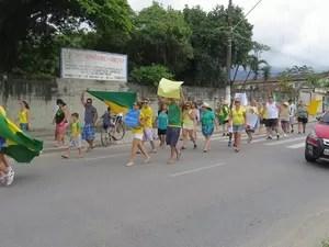 Moradores de Bertioga fizeram passeata pela cidade (Foto: Aconteceu em Bertioga / Arquivo pessoal)