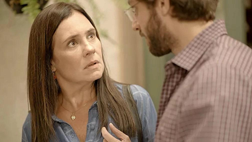 Thelma (Adriana Esteves) fica chocada com anúncio de Danilo (Chay Suede) em 'Amor de Mãe' — Foto: Globo