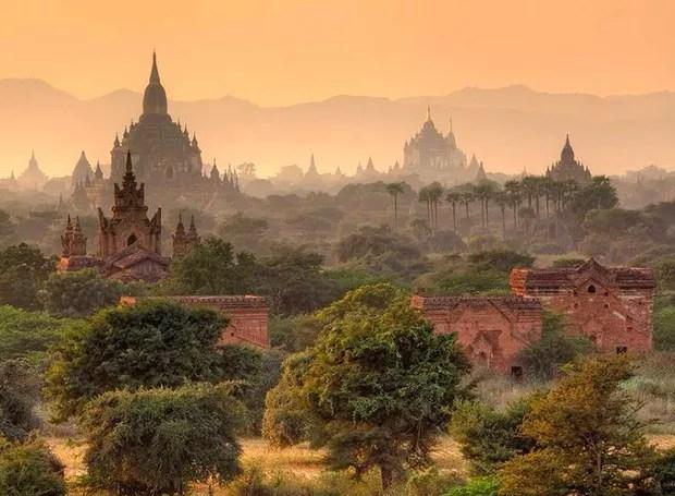 Bagan, Myanmar - Localizada na margem oriental do rio Irauádi, esta cidade é um espetáculo no Sudeste Asiático. Parte da beleza vem das estupas, construções budistas que serviam para conservar relíquias ligadas ao Buda (Foto: Reprodução/BlogBlux)