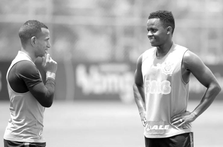 Otero e Cazares, meias do Corinthians, estão sempre juntos — Foto: Rodrigo Coca /Ag.Corinthians