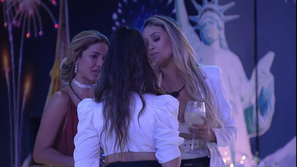 Sarah relata para Kerline: 'Fiuk é devagar' — Foto: Globo