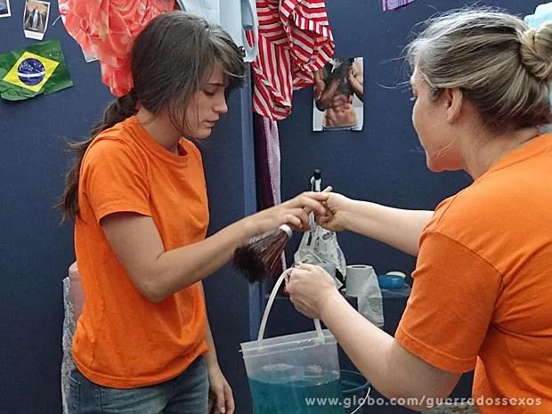 Carolina tem que lavar latrina de cela (Foto: Guerra dos Sexos / TV Globo)