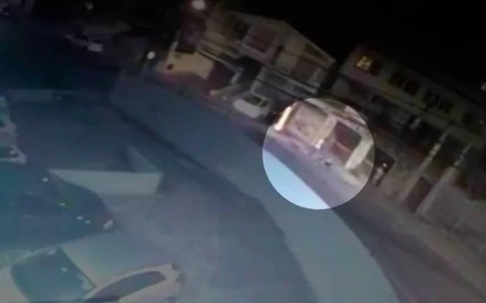 Vídeo flagrou momento em que folião que se perdeu dos amigos foi agredido em Salvador  (Foto: Reprodução/TV Bahia)