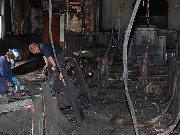 Bombeiro e perito colhem evidências para investigar o incêndio na Igreja Batista Missionária Hopewell, em Greenville, Mississippi, na quarta (2) (Foto: AP Photo/Rogelio V. Solis)