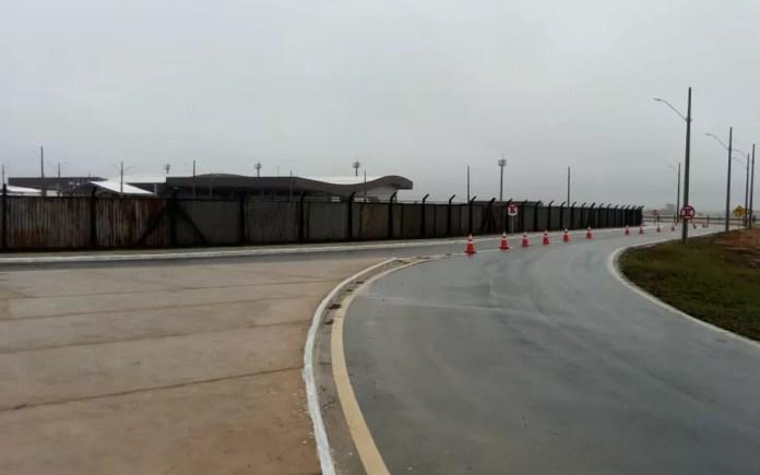 Aeroporto Glauber Rocha, novo terminal aéreo de Vitória da Conquista, isolado com tapumes para inauguração nesta terça-feira (23) — Foto: Judson Almeida/TV Sudoeste