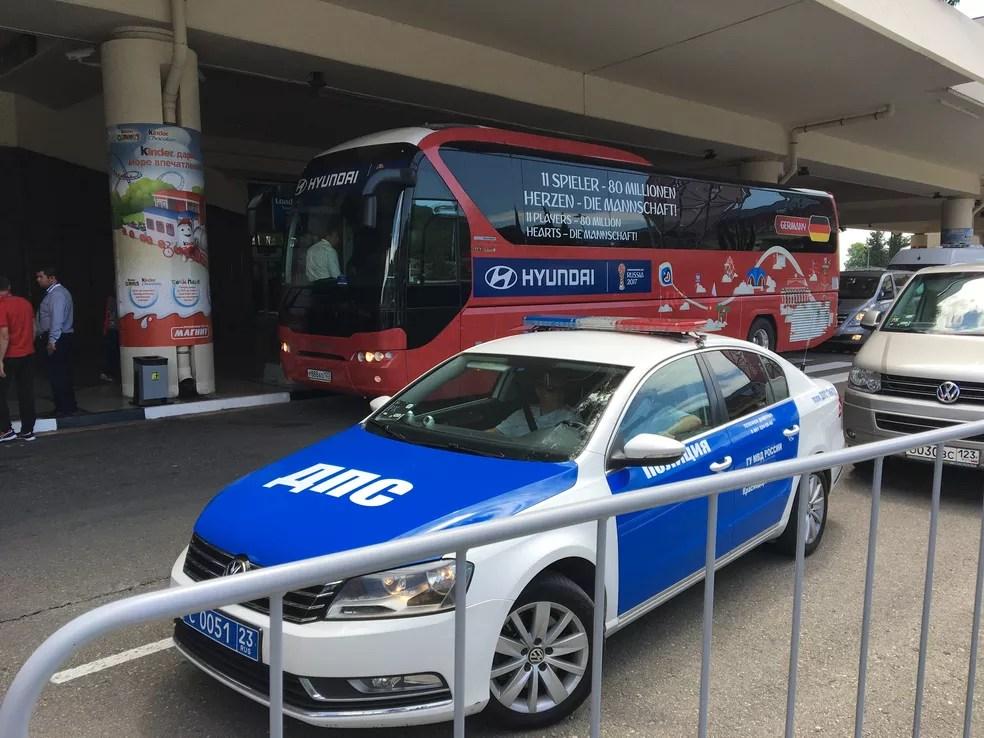 Forte esquema de segurança para a chegada da Alemanha em Sochi (Foto: Ivan Raupp)