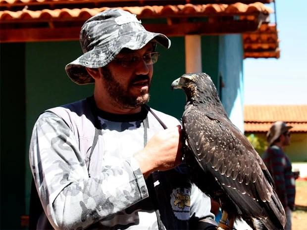 """""""Qualquer pessoa pode ter uma ave de rapina"""", diz Joacil Germano (Foto: Joacil Germano)"""