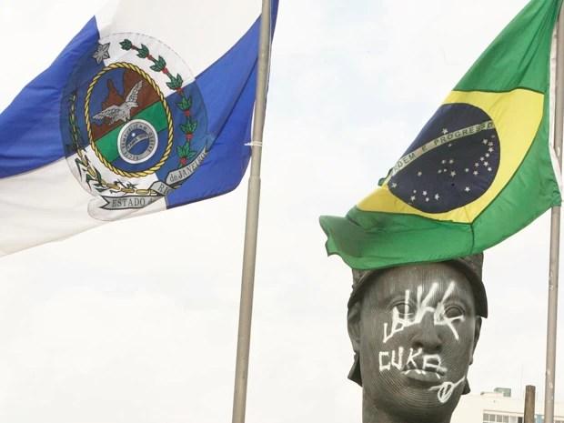 Estátua do Zumbi de Palmares amanheceu pichada na manhã desta segunda-feira (18). (Foto: Severino Silva/Agência O Dia/Estadão Conteúdo)