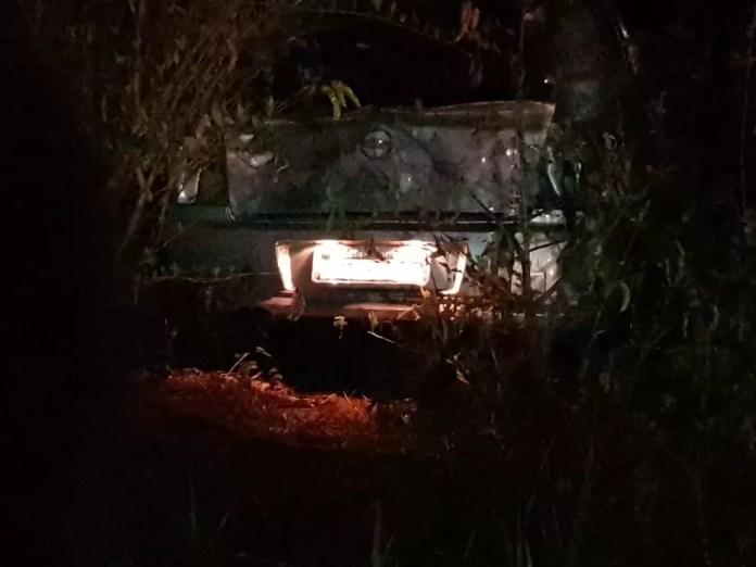 Carro do cantor Jota foi parar em uma matagal após a batida  — Foto: PRF/Divulgação