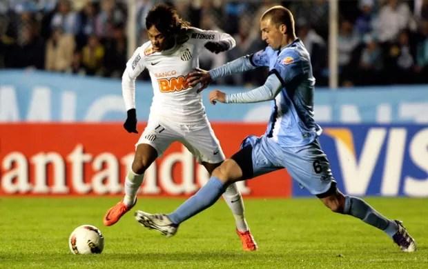 Neymar, caçado pelos marcadores (e torcedores) do Bolívar. Sobrou até pedra.