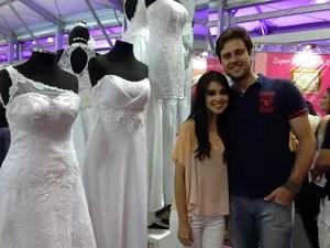 Noivos que se conheceram pela internet visitam a feira para acertar detalhes do casamento  (Foto: Káthia Mello/G1 )