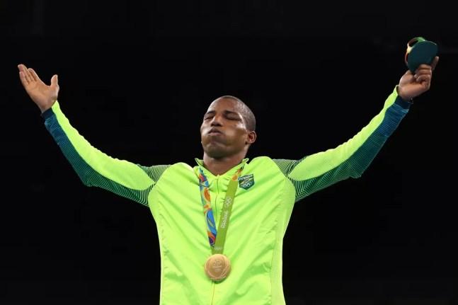 Robson Conceição fecha os olhos para celebrar o ouro inédito para o Brasil — Foto: Getty Images