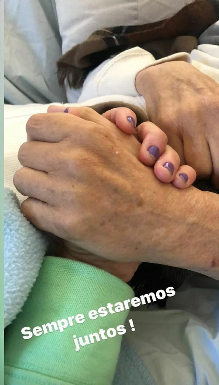 Thais Saccomani posta foto segurando a mão de Arnaldo Saccomani  (Foto: Reprodução/Instagram)