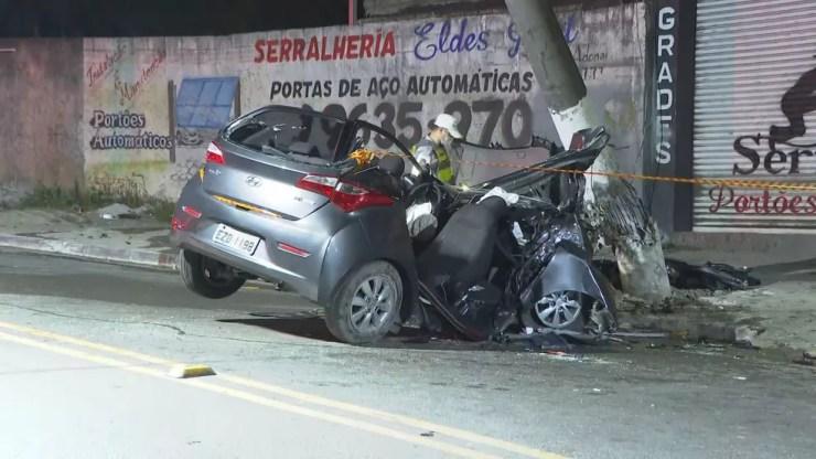Carro fica bate em poste e deixa quatro feridos em avenida da Zona Norte de SP — Foto: Reprodução/TV Globo