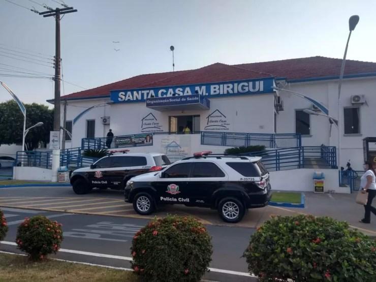 Polícia Civil em frente à Santa Casa de Birigui — Foto: Márcio Zeni/TV TEM