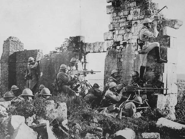 Primeira Guerra Mundial: Tropas francesas nas ruínas de uma catedral perto do Rio Marne em ataque contra os alemães (Foto: Flickr/U.S National Archives)